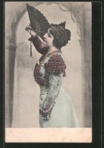 Frau mit Fächer um 1900