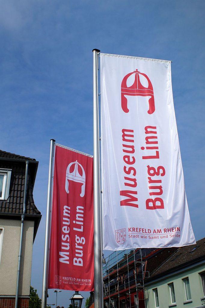 Museum Burg Linn - Fahnen am Eingang