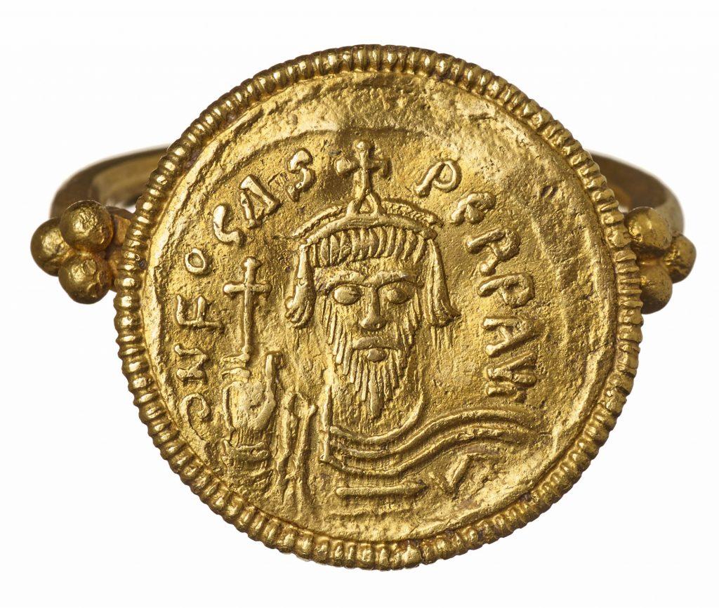 Fingerring mit Goldmünze des byzantinischen Herrschers Phocas aus Vochem. Anfang des. 7. Jahrhunderts n. Chr. LVR-LandesMuseum Bonn. Foto: J. Vogel, LVR-Landes-Museum Bonn.