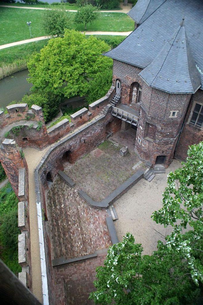Blick vom Hauptturm Burg Linn auf Burghof