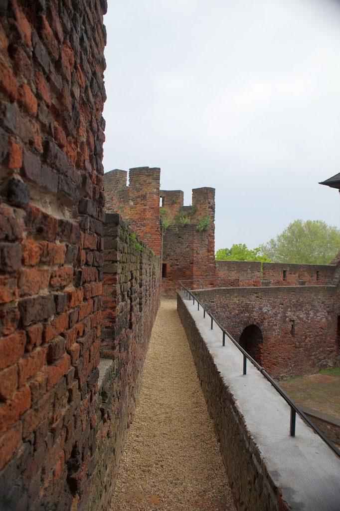 Burg Linn - Burghof - Wehrgang
