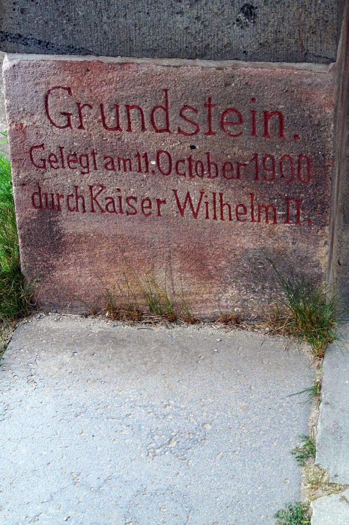 """""""Grundstein"""" der Saalburg"""