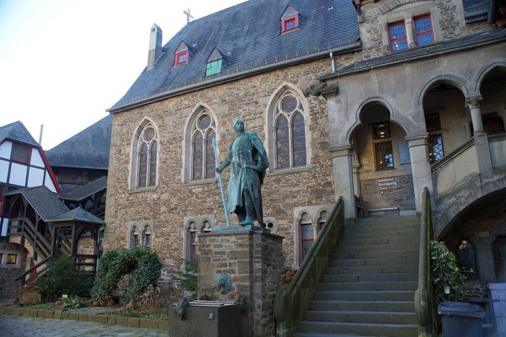Graf Adolf Statue Eingang Rundgang Schloss Burg
